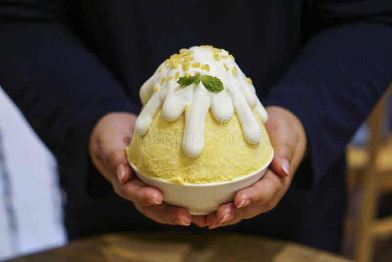 Mango-klebriger Reis Kakigori stockbilder