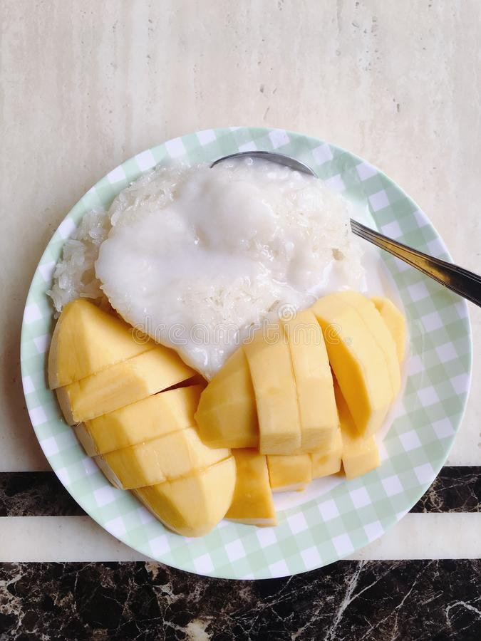 Mango kleverige rijst met kokosmelk stock fotografie