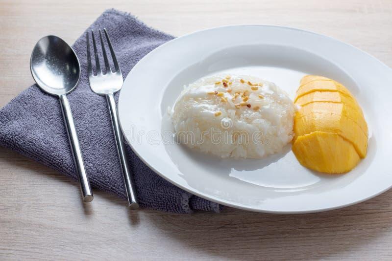 Mango Kleverige Rijst met witte plaat royalty-vrije stock afbeeldingen