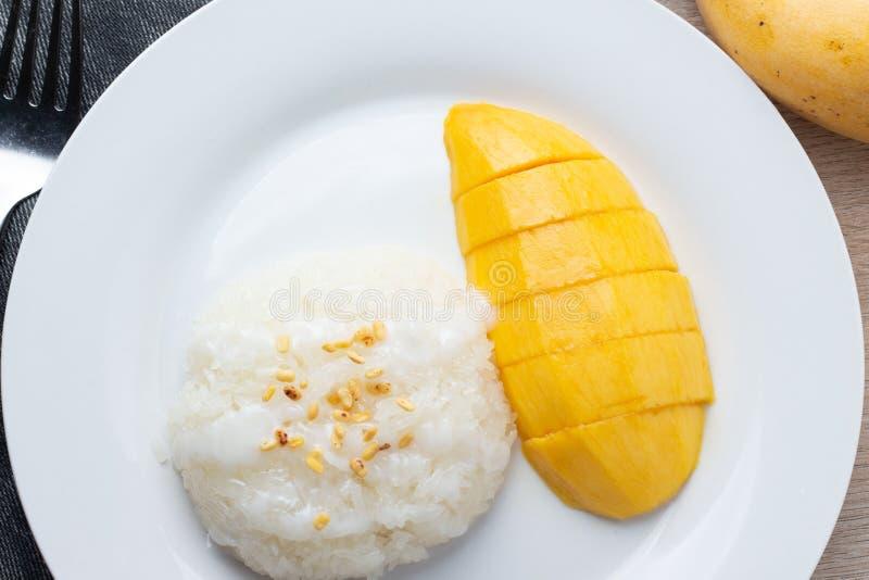 Mango Kleverige Rijst met witte plaat, dessert royalty-vrije stock afbeelding
