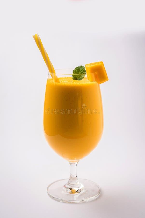 Mango Lassi of smoothie in groot glas met muntblad Zijdiehoek over kleurrijke achtergrond wordt geïsoleerd royalty-vrije stock foto