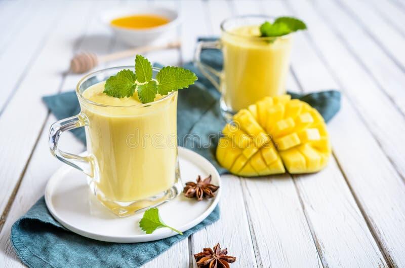 Mango Lassi - traditionell indisk yoghurtdrink arkivbild