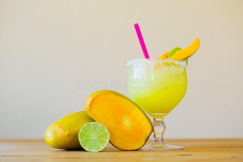 Mango Margarita mit Kalk lizenzfreies stockbild