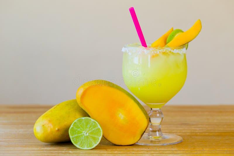 Mango Margarita mit Kalk stockbilder