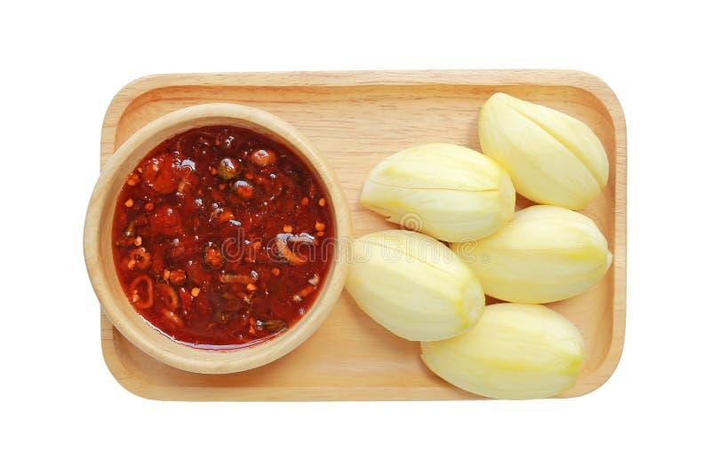 Mango med en söt sås som göras med socker, chili, räkadeg, paprika och löken på det isolerade trämagasinet på vit bakgrund royaltyfri foto