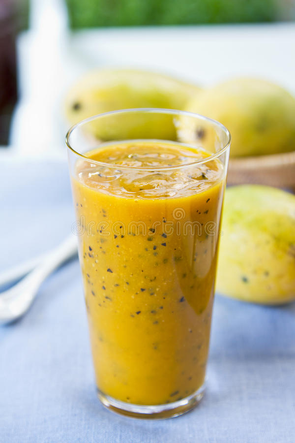 Mango med passionfruktsmoothien arkivfoto