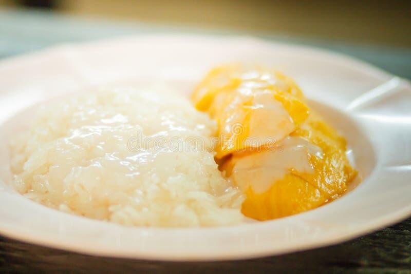 Mango med thailändsk sötsakmat för klibbiga ris royaltyfri bild