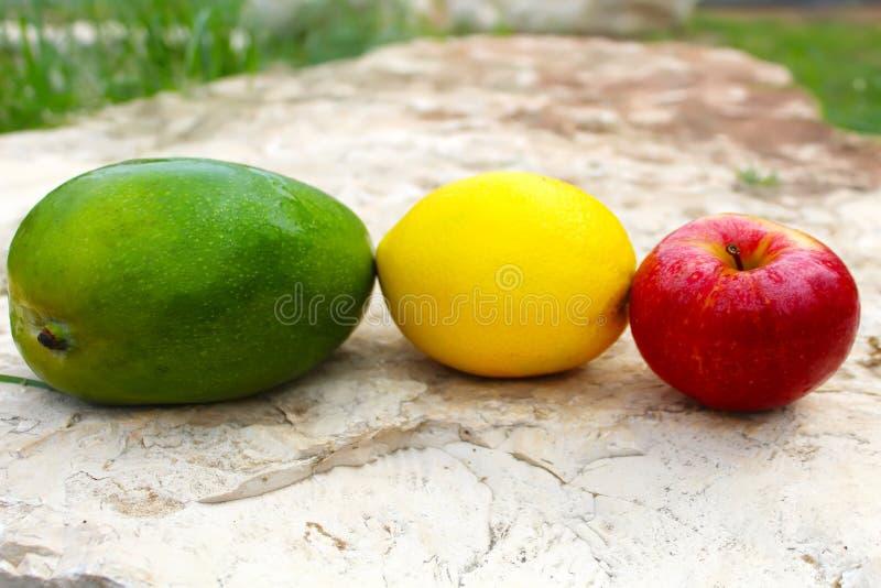Mango, mela ed arancia Fruttifica la composizione fotografia stock libera da diritti