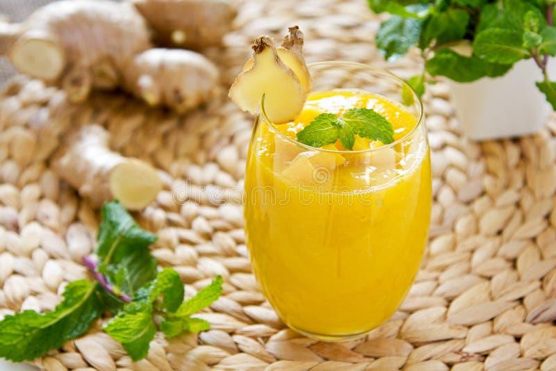 Mango met gember smoothiie royalty-vrije stock fotografie