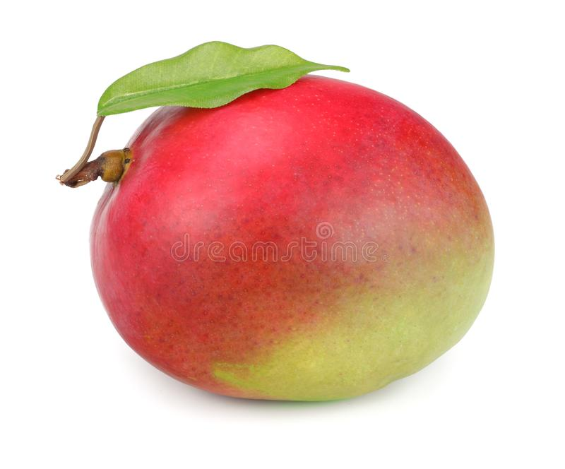 Mango met groene die bladeren op witte achtergrond worden geïsoleerd Gezond voedsel stock afbeeldingen