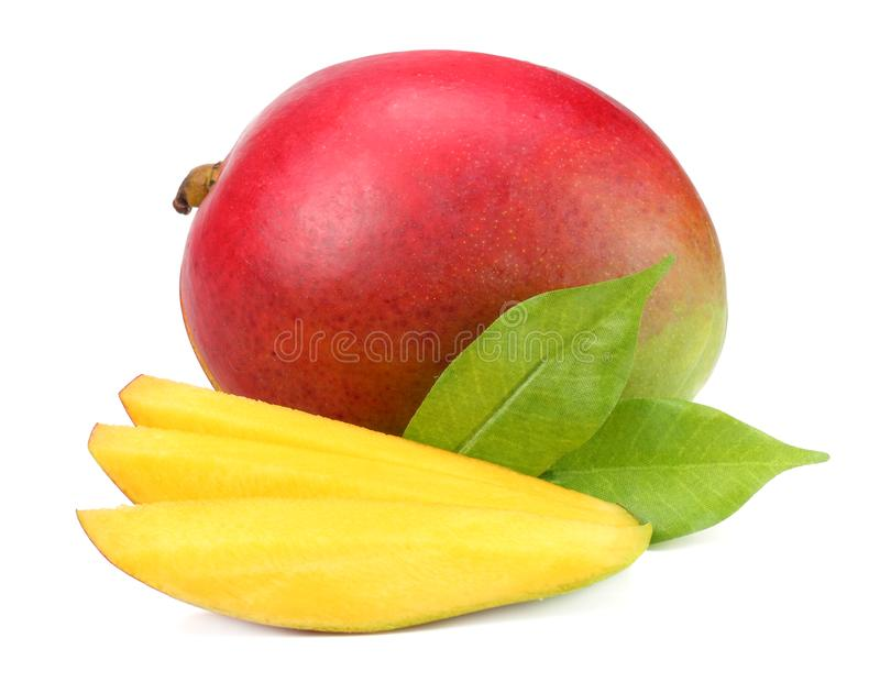 mango met plakken en groene die bladeren op witte achtergrond worden geïsoleerd Gezond voedsel stock fotografie
