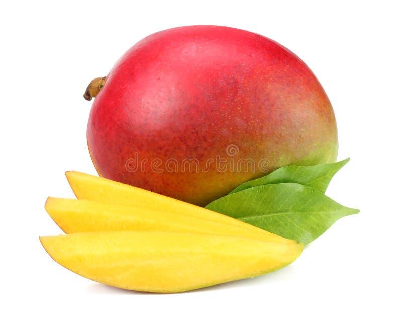 Mango mit Scheiben und den Grünblättern lokalisiert auf weißem Hintergrund Gesunde Nahrung lizenzfreie stockfotos