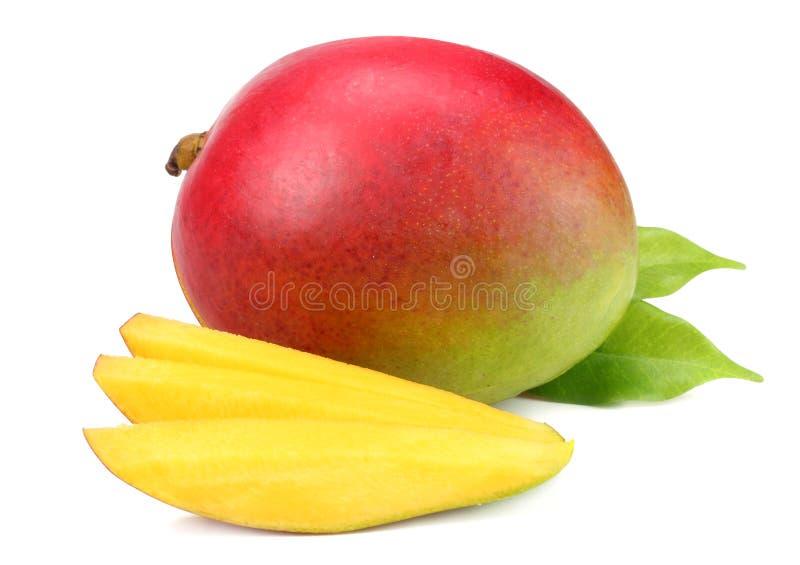 Mango mit Scheiben und den Grünblättern lokalisiert auf weißem Hintergrund Gesunde Nahrung lizenzfreie stockbilder