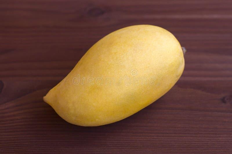 Mango na tle mahoń zdjęcia stock