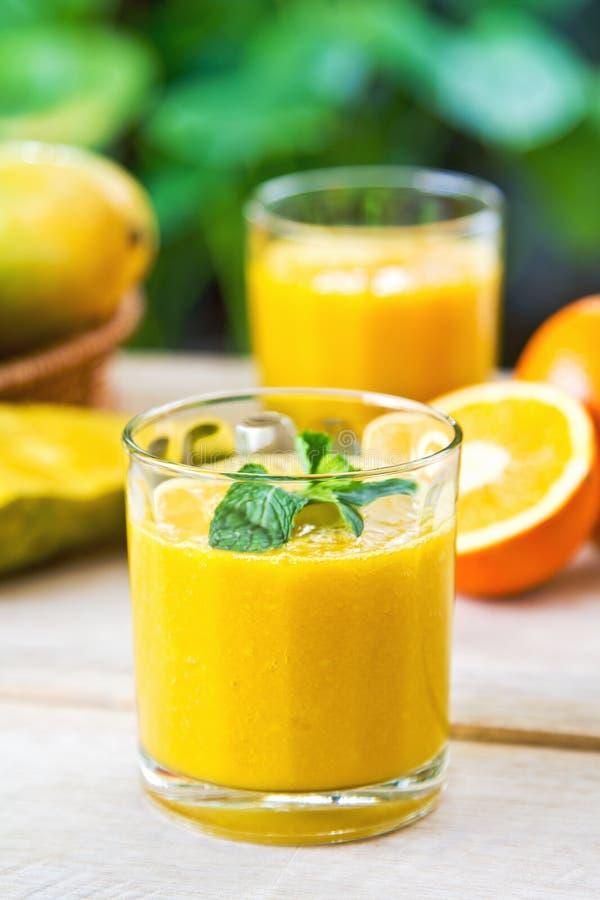 Mango- och apelsinsmoothie arkivbilder