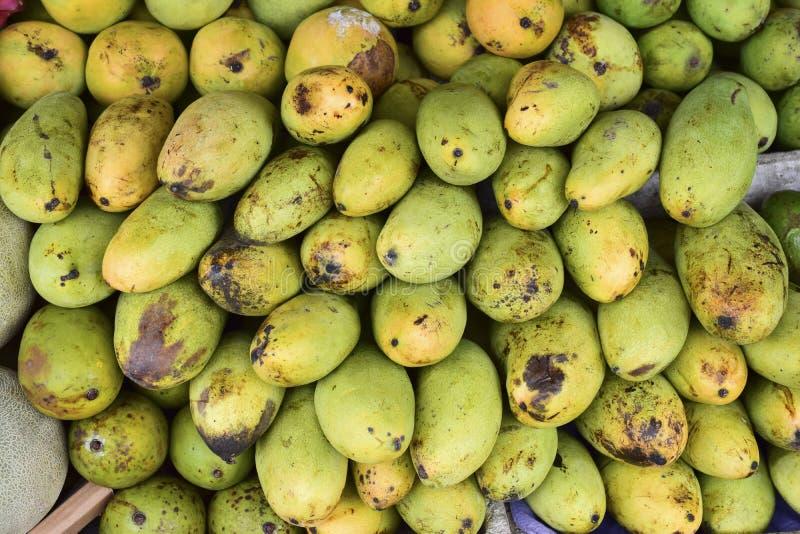 Mango och frukter i marknaden fotografering för bildbyråer