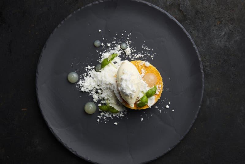 Mango- och kokosnötefterrätt arkivfoton