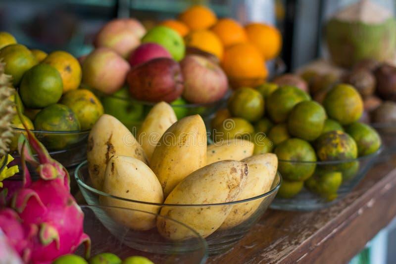 Mango och tropisk frukt Traditionell gatafruktmarknad arkivbild
