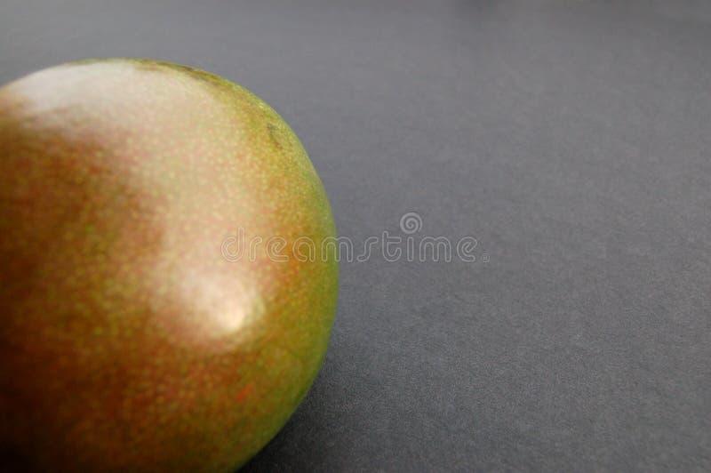 Download Mango Op Zwarte Oppervlakte Stock Afbeelding - Afbeelding bestaande uit vers, mango: 298077