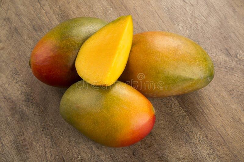 Mango på en wood bakgrund royaltyfri bild