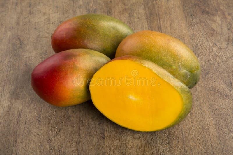 Mango på en wood bakgrund arkivfoto