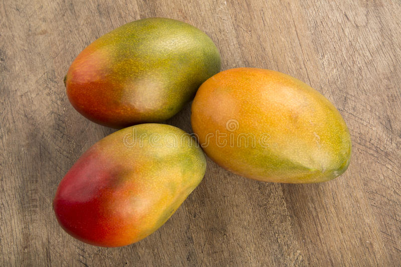 Mango på en wood bakgrund royaltyfria foton