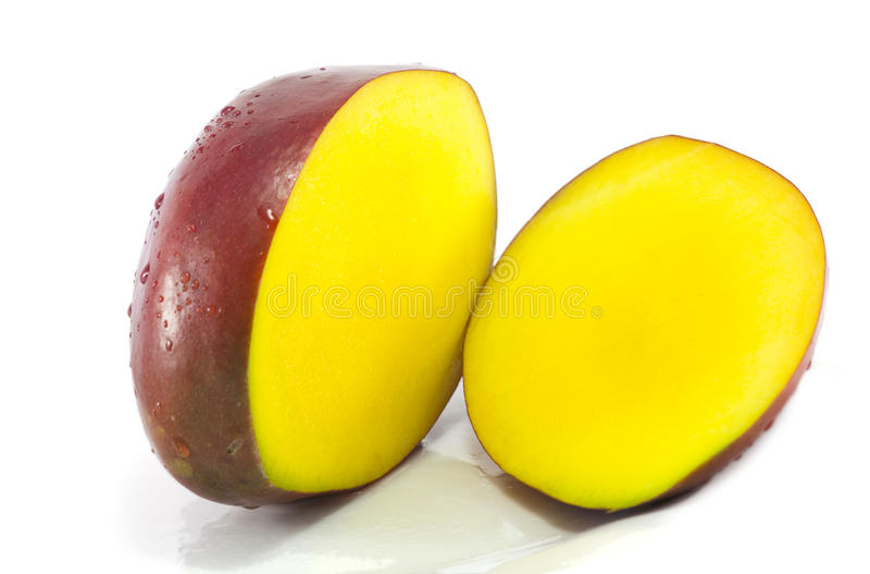 Mango rebanado en blanco fotografía de archivo libre de regalías