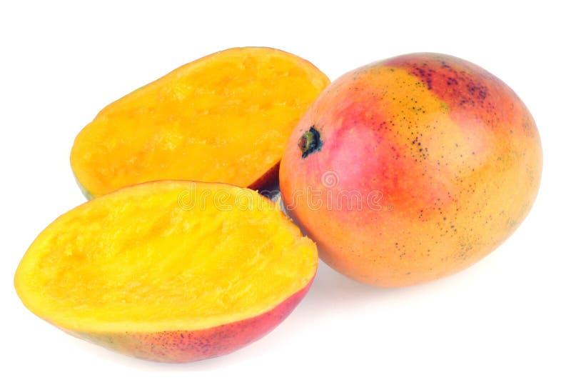Mango's, één gesneden in twee op een witte achtergrond stock foto