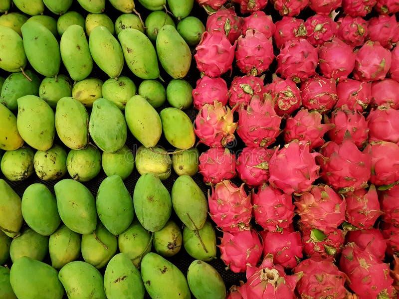 Mango's en draakvruchten stock foto