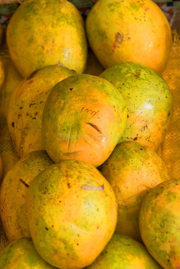 Mango's op markt stock foto
