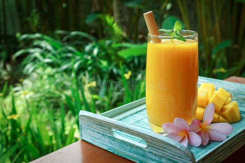 Mango smoothie em vidro imagem de stock