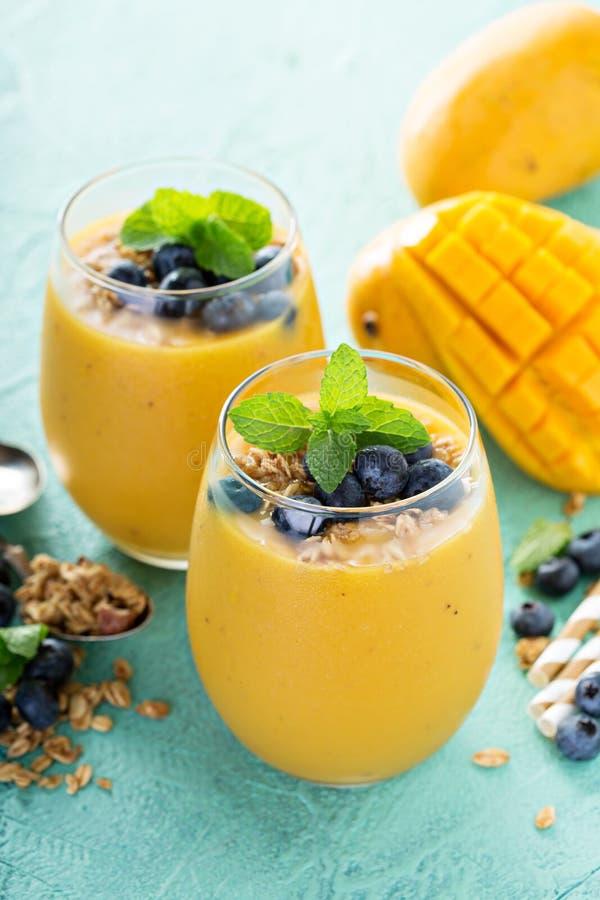Mango smoothie in glazen stock fotografie