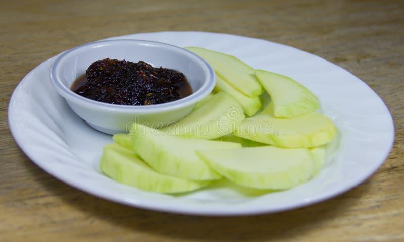 Mango verde con la salsa de pescados dulce fotografía de archivo libre de regalías