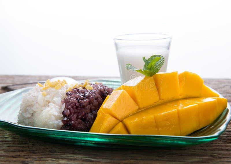 Mango z kleistymi ryż w Tajlandzkim stylowym deserze fotografia stock