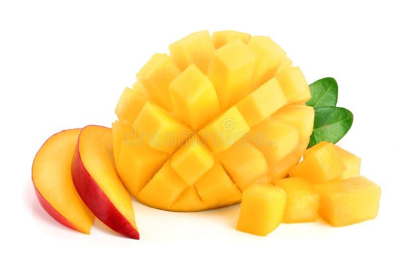 Mangofrucht halb mit den Blättern und Scheiben lokalisiert auf weißer Hintergrundnahaufnahme stockfotografie