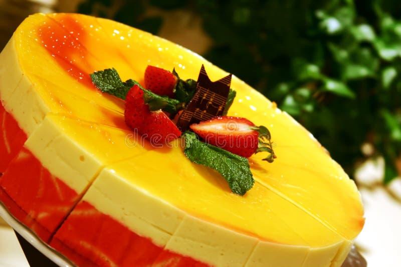 Mangofrucht-Kremeis-Kuchen lizenzfreie stockbilder
