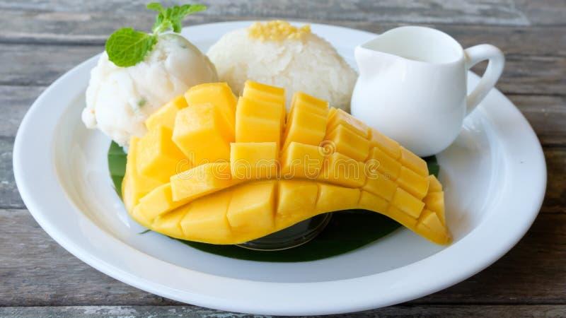 Mangofrucht mit klebrigem Reis stockfotos