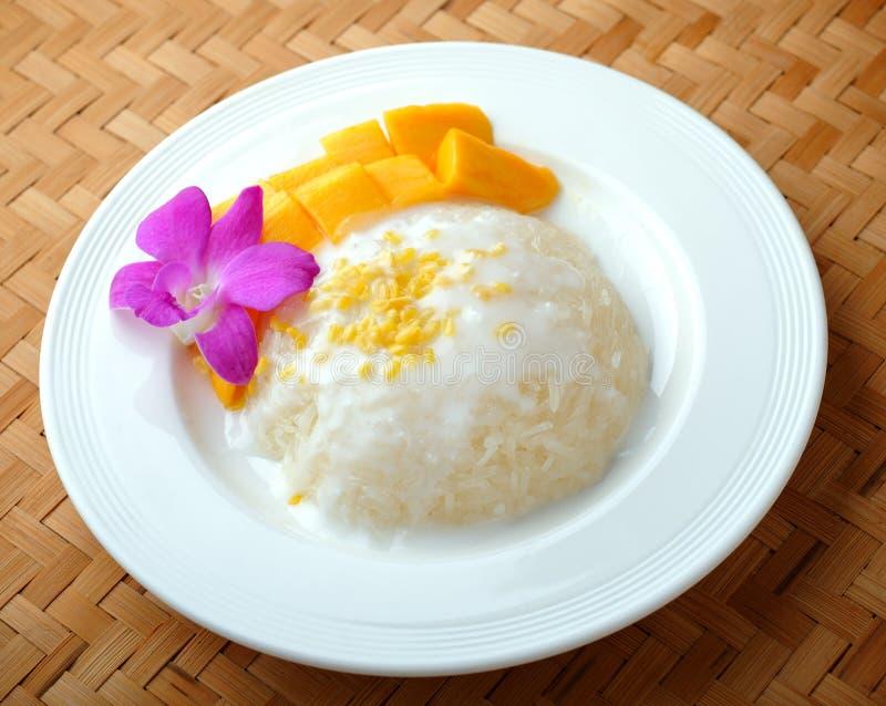 Mangofrucht mit klebrigem Reis lizenzfreies stockbild