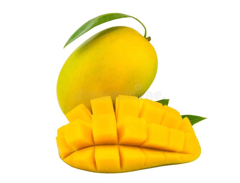 Mangofrucht mit Mangowürfeln und -scheiben Getrennt auf einem weißen Hintergrund stockfoto