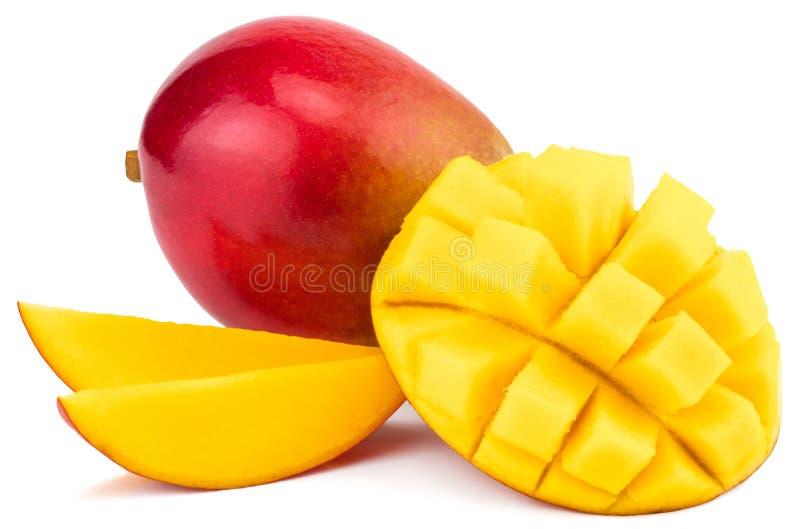 Mangofrucht mit Mangowürfeln und -scheiben Lokalisiert auf einem weißen BAC stockbilder