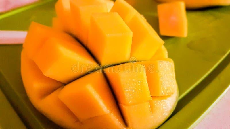 Mangofrucht und Mangow?rfel stockbild