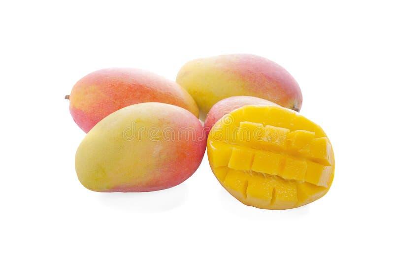 Mangofrukt med mangokuber och skivor bakgrund isolerad white fotografering för bildbyråer