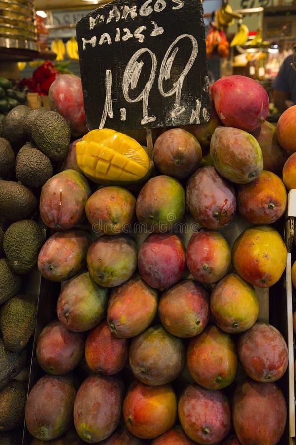 Mangofrukt med prisetiketten royaltyfria foton