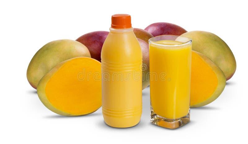 Mangofruktsaft i en tillbringare och ett exponeringsglas av frukt arkivbild