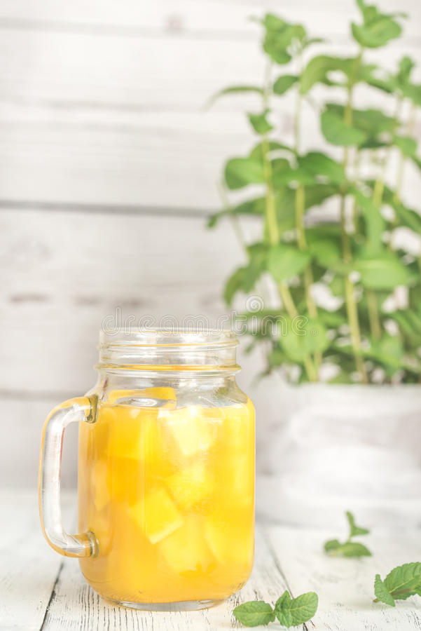 Mangofruktsaft i murarekrus royaltyfri fotografi