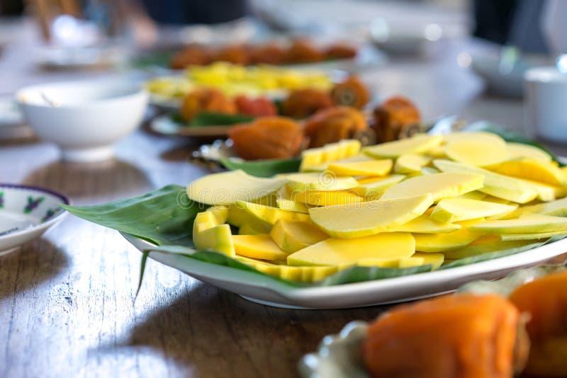 mangoglidbana och torkad persimon royaltyfria foton