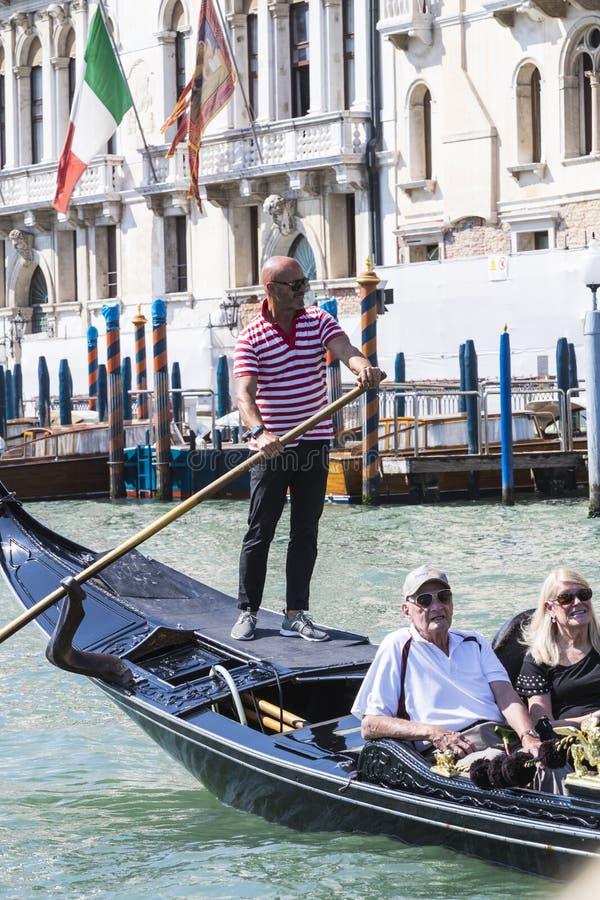 Mangondolj?rer k?r gondoler med turister i Venedig i Italien arkivbilder