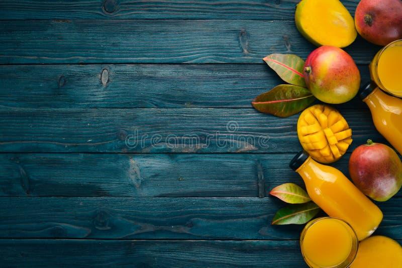 mangopflaume Auf einem blauen h?lzernen Hintergrund lizenzfreies stockfoto