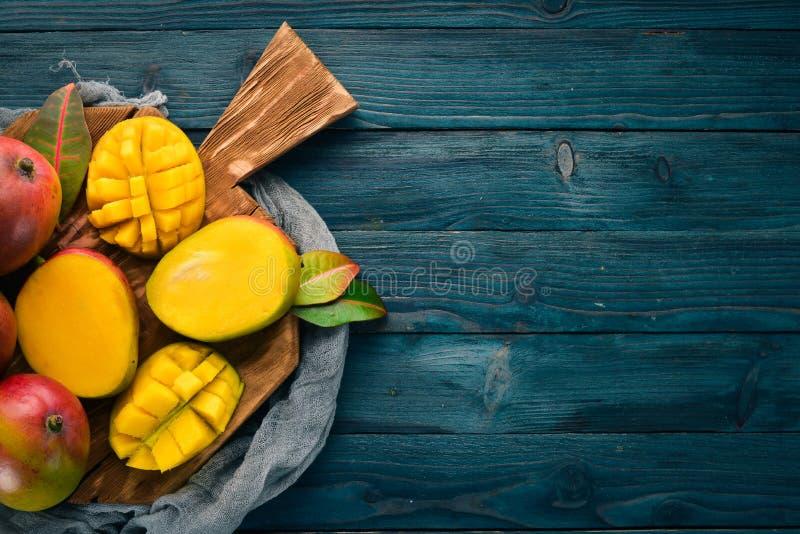 mangopflaume Auf einem blauen h?lzernen Hintergrund stockbilder