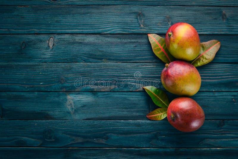 mangopflaume Auf einem blauen h?lzernen Hintergrund stockfotos